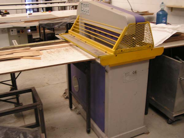 Hydraulic cutter for veneers
